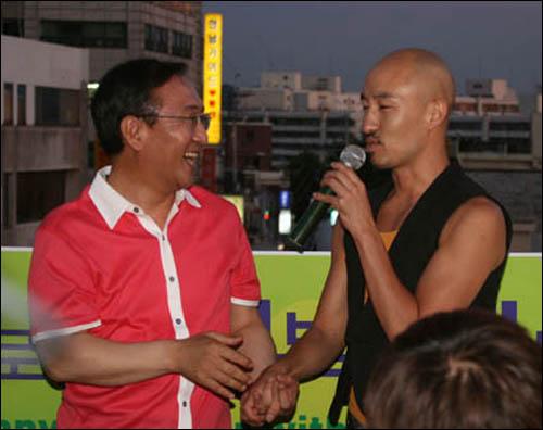 노회찬 의원과 홍석천씨가 얘기를 나누고 있다. 노회찬 의원과 홍석천씨가 얘기를 나누고 있다.